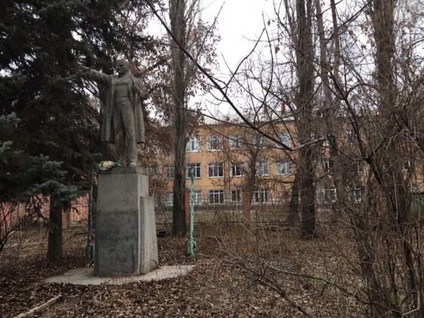 """Памятник был установлен у профтехучилища <nobr class=""""_"""">№ 25</nobr> в 1948 году"""