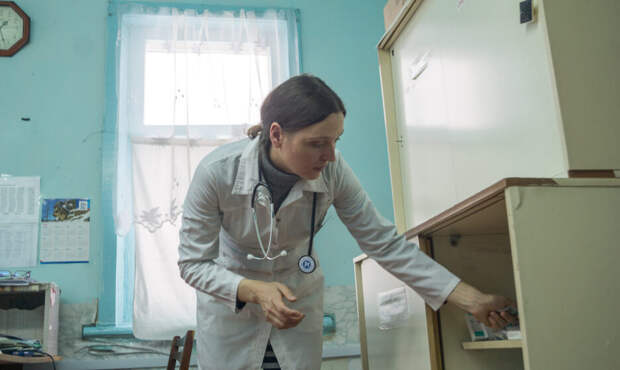 «Спала под крысиный шорох прямо в фельдшерском пункте». Как живет единственный медик в таежной деревне