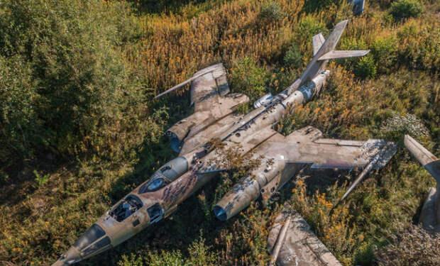 Сверхзвуковые Як-28 заросшие дереьвями