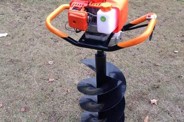 Бур за считанные минуты решает задачу, на которую с лопатой уходит несколько часов. /Фото: agreatgarden.com