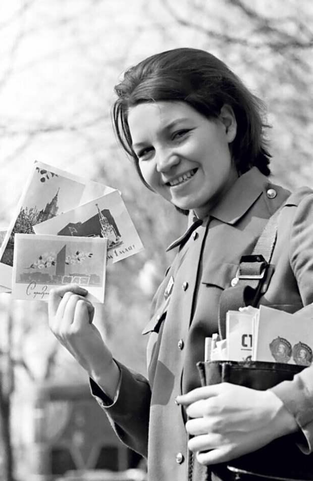 Почтальон с Первомайскими открытками. Фото В. Ахломова, 1961 г.