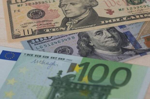Курс евро к рублю обновил минимум за 13 месяцев