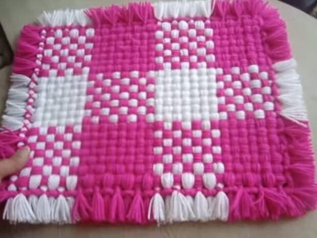 Очень простой и красивый коврик из пряжи без вязания