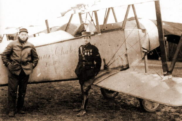 Январь 1916 года, Гинемер позирует перед «Ньюпором» N320. Надпись «Vieux-Charles» Esc N 3 присутствовала только на правом борту. В остальном истребитель нёс лишь стандартные заводские обозначения - Самый известный «Аист» | Военно-исторический портал Warspot.ru