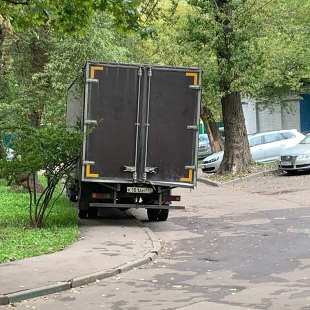 На проспекте Маршала Жукова автохам облюбовал тротуар