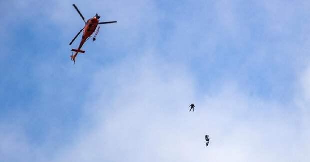 Безумный трюк: 58-летний Том Круз прыгнул со скалы с мотоциклом