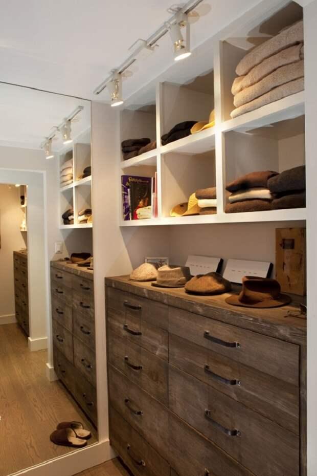 Если гардеробной будет хранится небольшое количество вещей, можно смело использовать ее под хранение книг, постельного белья и сезонной одежды