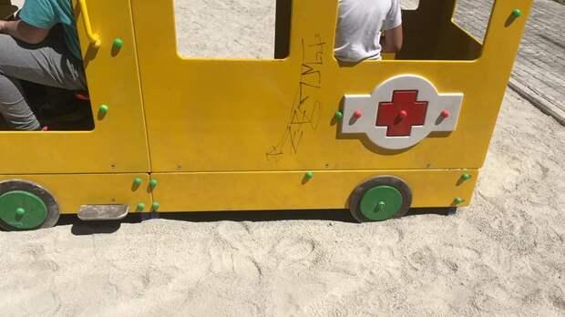 Вандалы изрисовали детскую площадку в Саках, которую ещё даже не успели достроить