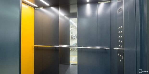 В доме на Академика Комарова лифт очистили от надписей – «Жилищник»