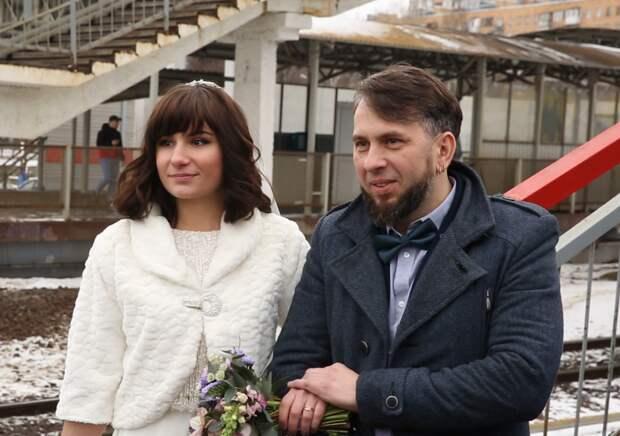 Первая в России женщина-машинист вышла замуж в Подмосковье. Церемонию в поезде провел Влад Лисовец