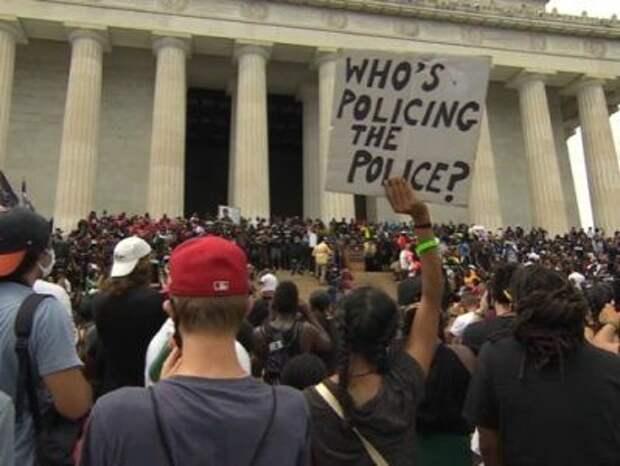 Тысячи американцев провели шествие в Вашингтоне в знак протеста против насилия на расовой почве