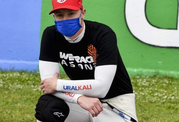 Никита Мазепин объяснил, почему встал на колено перед гонкой в Испании