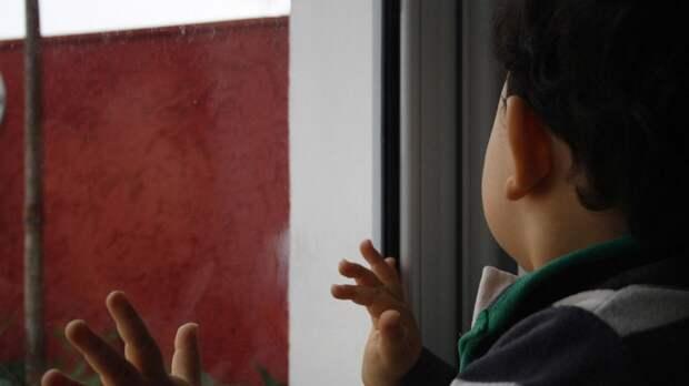 В Ленобласти врачи борются за жизнь упавшего с девятого этажа младенца