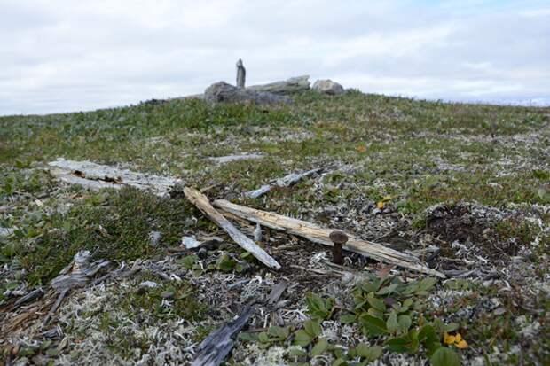 Здесь располагалось несколько поморских крестов. Фото Ивана Мизина.