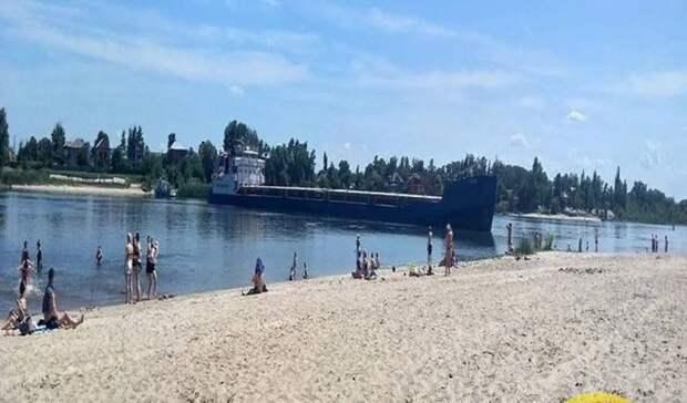 Сухогруз заблокировал прохождение судов в реке Дон в Ростовской области