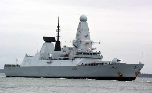 На фото: Британский эсминец HMS Defender в Портсмуте