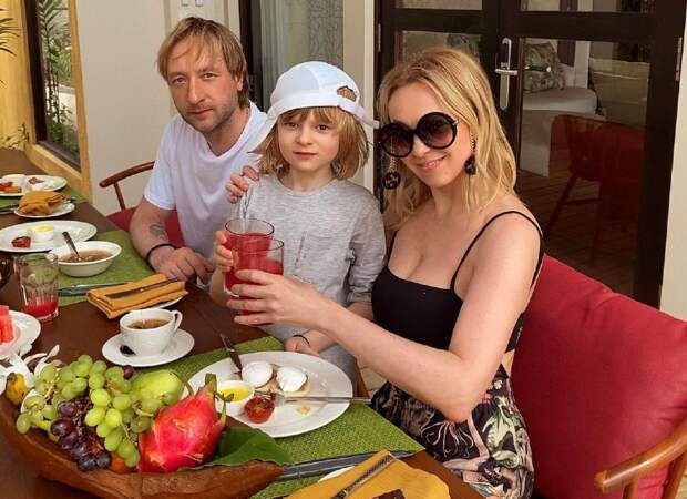 Старший сын с травмой, младший – дома: как Яна Рудковская и Евгений Плющенко отдыхают на Мальдивах