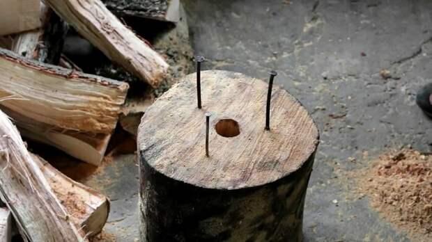 Чтобы посуда была устойчива, необходимо вбить сверху полена три гвоздя / Фото: sdelaysam-svoimirukami.ru