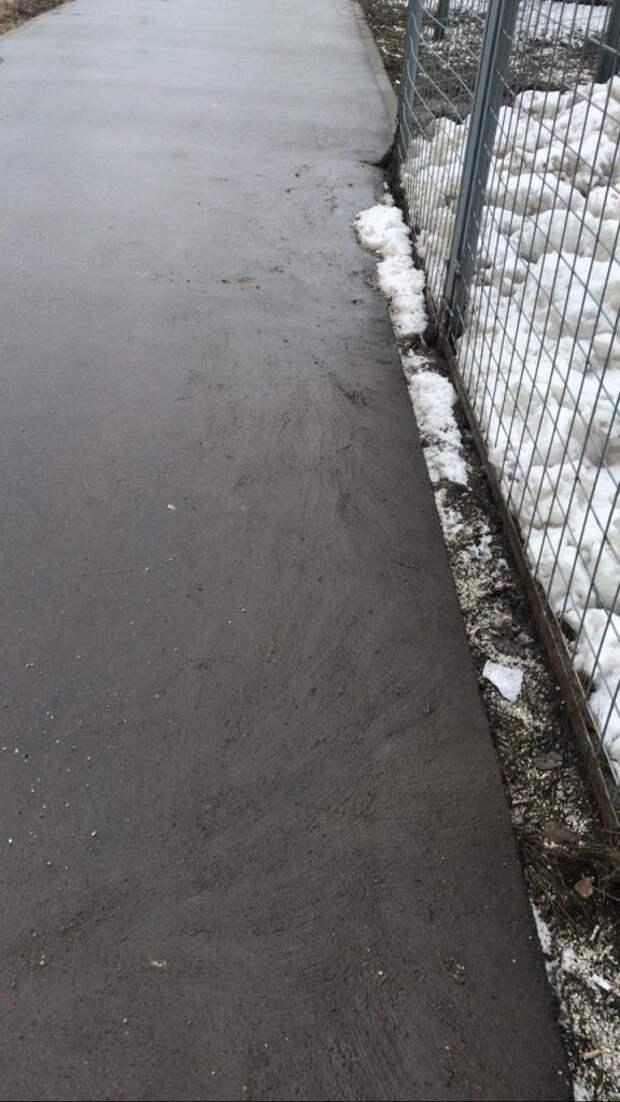Коммунальщики убрали реагенты с пешеходной дорожки на Дмитровке