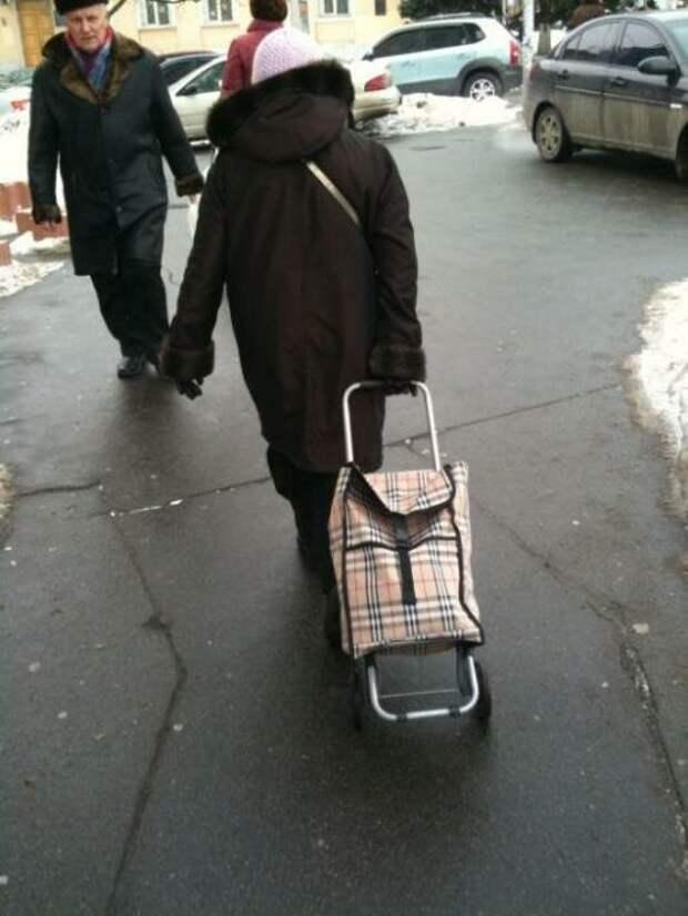 Пенсионерка с тележкой с принтом Burberry. /Фото: 3dtoday.ru