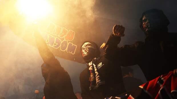 Фанаты «Спартака» и ЦСКА устроили массовую драку в Москве перед дерби: видео