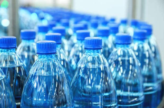 крупным планом на бутылках минеральной воды в сыром виде и линиях - вода в бутылке стоковые фото и изображения