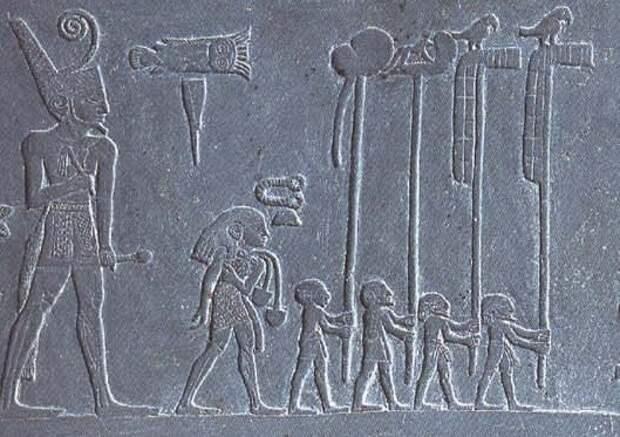 Перед царём Нармером, объединителем Египта, несут штандарты. На третьем справа изображён Упуаут. Деталь палетки Нармера, начало III тысячелетия до н.э., I династия. (с) Фото - Wikimedia Commons.