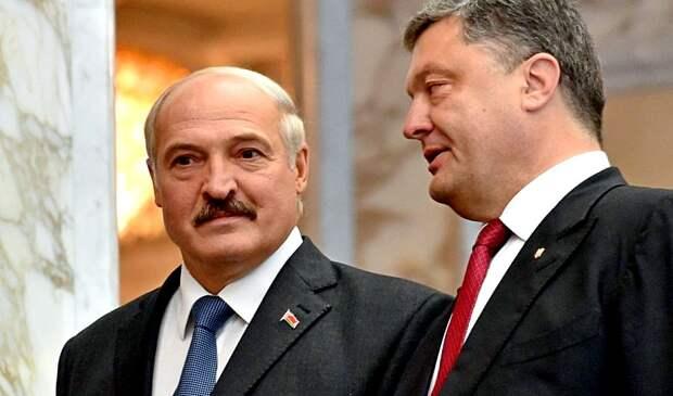 Лукашенко примеряет вышиванку