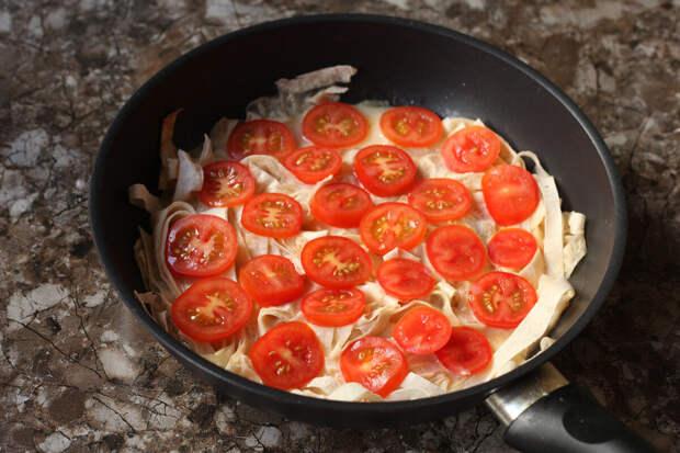Беру тонкий лаваш, нарезаю ножницами прямо в сковородку и готовлю быстрый завтрак, буквально за 10 минут