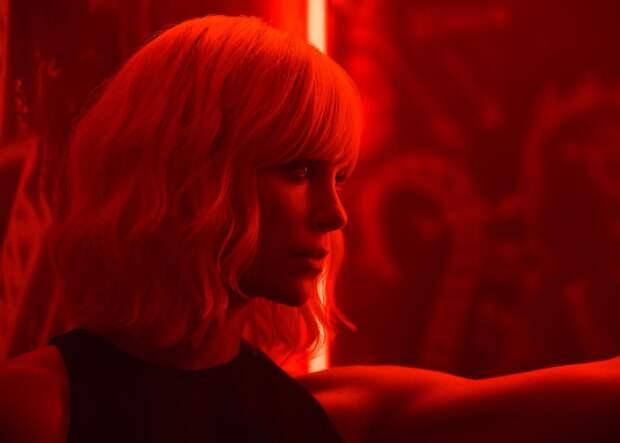 «Взрывная блондинка»: Бонд да неон