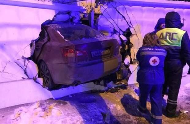 Как в кино: Lexus пробил дыру в бетонном заборе, водитель сбежал