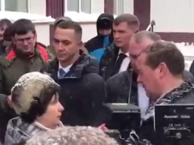Жительница села Санниково упала в ноги Медведеву благодаря подножке