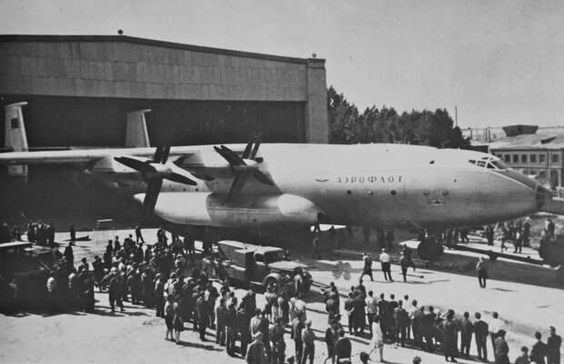 выкатка самолета, первый ан-22, завод антонов