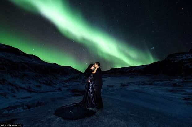 Пожалуй, самая красивая фотосессия помолвки, отснятая на ледниках Исландии