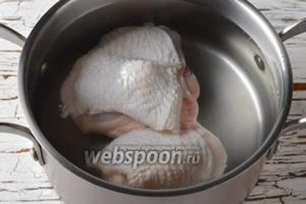 Бёдра (300 г) хорошо промыть и выложить в кастрюлю с водой. Довести до кипения. Проварить 1 минуту и отвар слить. Залить бёдра свежей водой (2 литра). Довести до кипения и проварить 5 минут.
