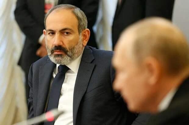 В Азербайджане показали обнимающегося с Макроном Пашиняна и заявили, что тот ставит под сомнение договор с Путиным