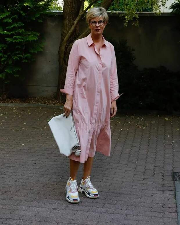11 образов действительно стильно сочетать платье и кроссовки женщине за 50