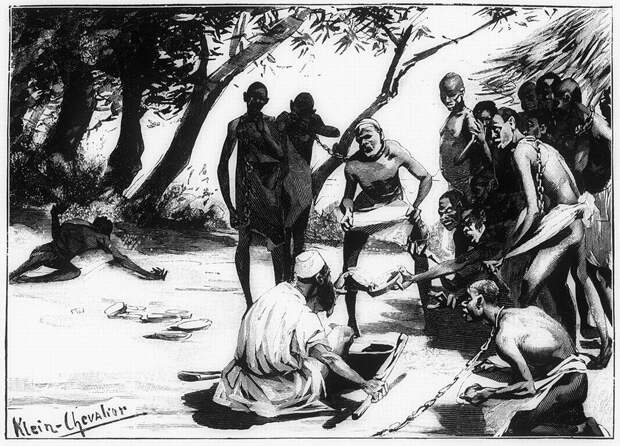 Арабские работорговцы кормят плененных рабов во время привала (Центральная Африка, 1880-е годы)