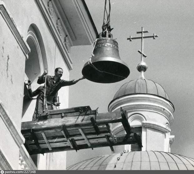 Во многих городах снова начинают работать церкви. В 1991 году колокол установили на колокольне Никольского собора в Омске. история, факты, фото