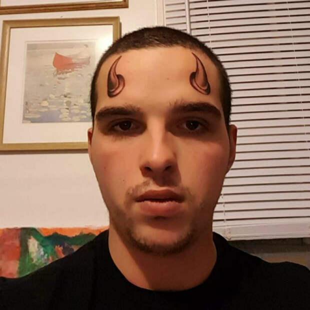 Татуировка на лбу.
