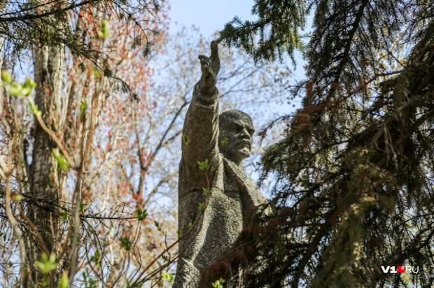 Еще недавно Ленин украшал сквер Кировского района