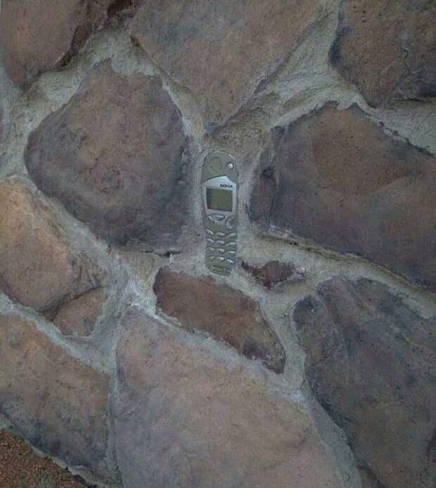 Старая Nokia в стене