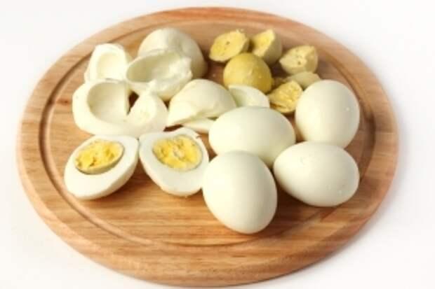 Этим временем отвариваем вкрутую 8 яиц. Очищаем их от скорлупы.