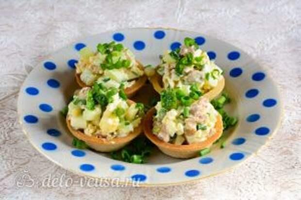 Тарталетки с печенью трески: Наполнить тарталетки начинкой, а потом присыпать нарубленной зеленью