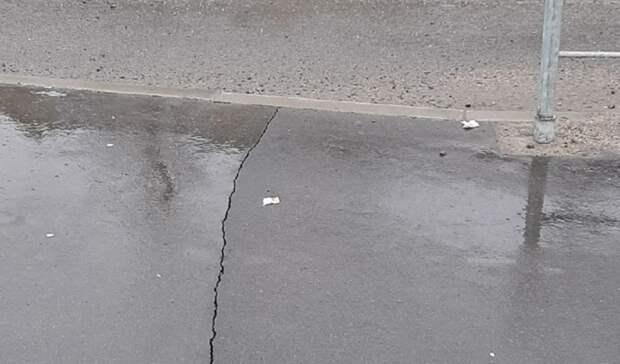 Новый асфальт начал трескаться водном измикрорайонов Петрозаводска