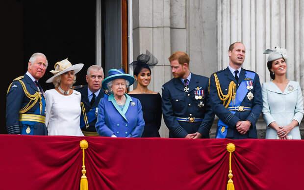 Принц Чарльз, Камилла Паркер-Боулз, Елизавета II, принц Эндрю, Меган Маркл, принц Гарри, принц Уильям и Кейт Миддлтон