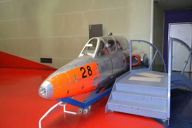 В носке фюзеляжа видим простую посадочную фару. Люки доступа к оборудованию большие и удобные. С учетом высоты шасси – это «хороший самолет для техника». Что касается их подгонки – чешский Л-29 «Дельфин» как минимум не хуже (а скорее лучше!)