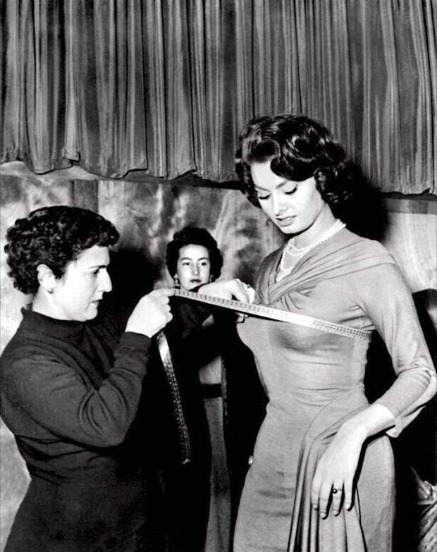 Софи Лорен снимает мерки. 1960-е