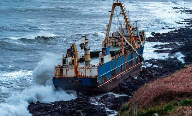 «Корабль-призрак» прибило к берегу Ирландии: судно больше года плавало в океане само по себе