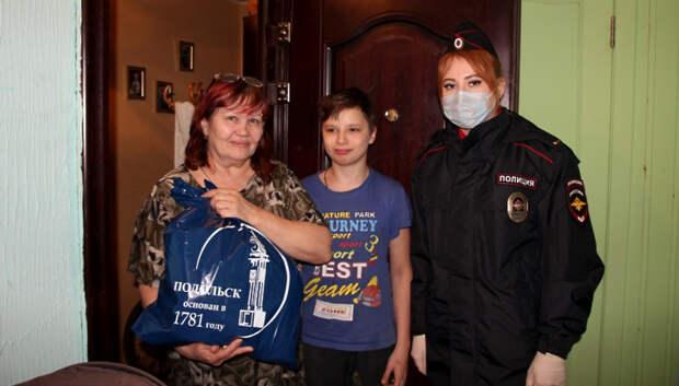Представители полиции Подольска подарили детям наборы для творчества